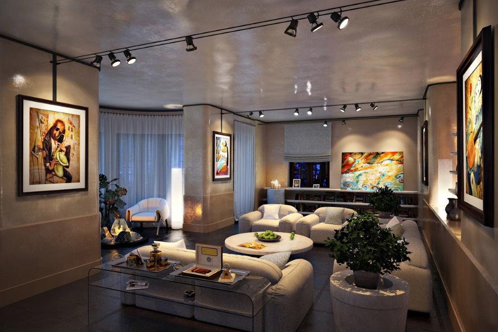 Потолок гостиной с софитами на кронштейнах
