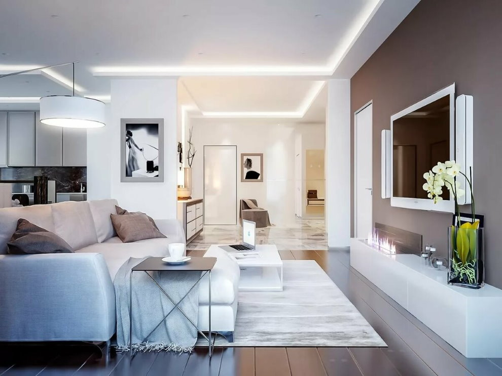 Яркий свет в гостиной с белым потолком