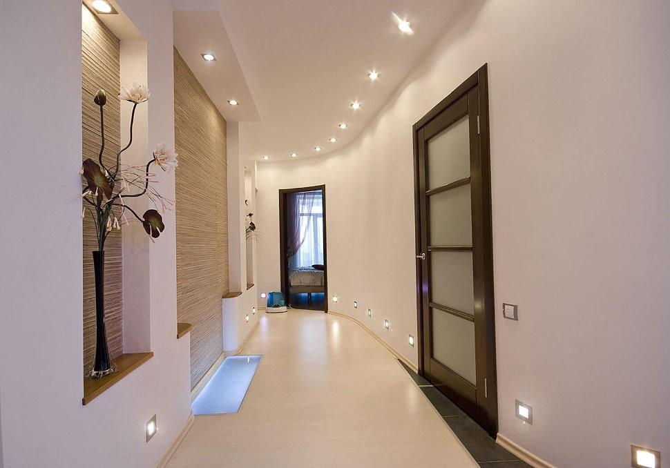 Узкий коридор с точечным освещением