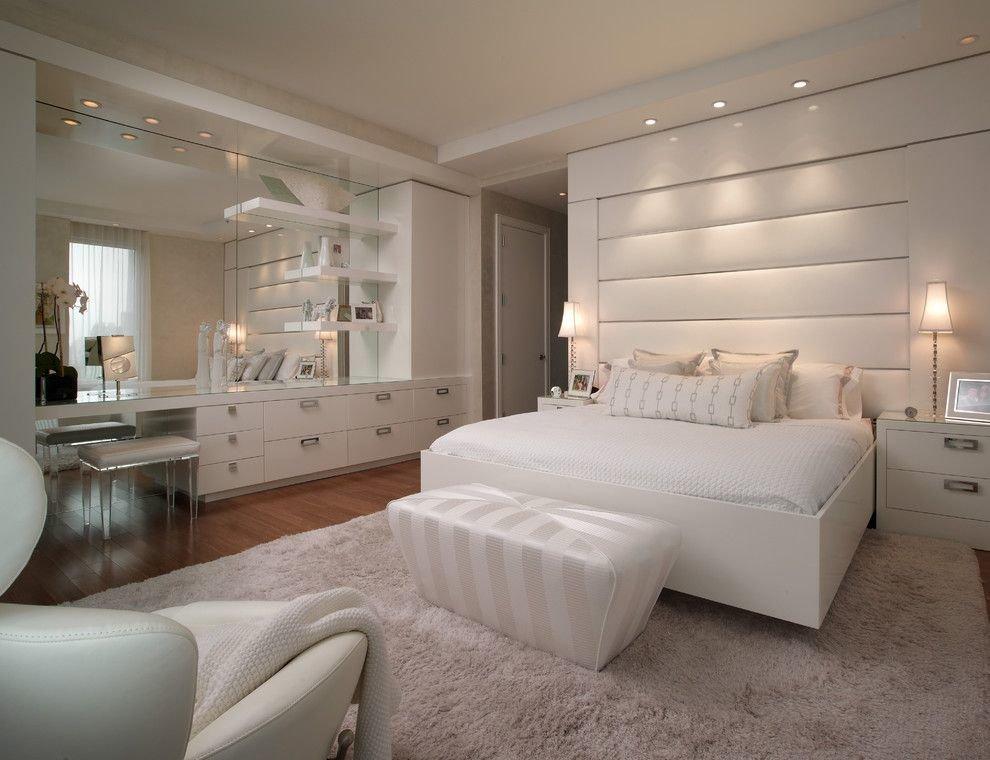 Освещение спальной комнаты в светлых оттенках
