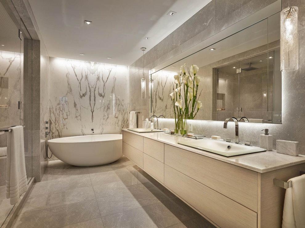 Освещение ванной комнаты в светлых тонах