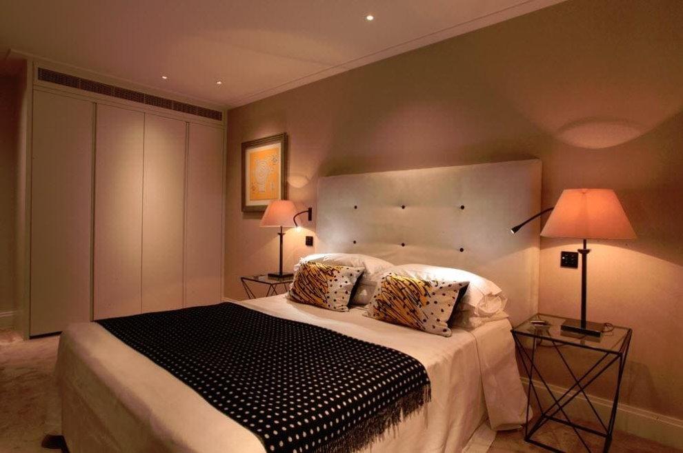 Торшеры на прикроватных тумбах в спальне