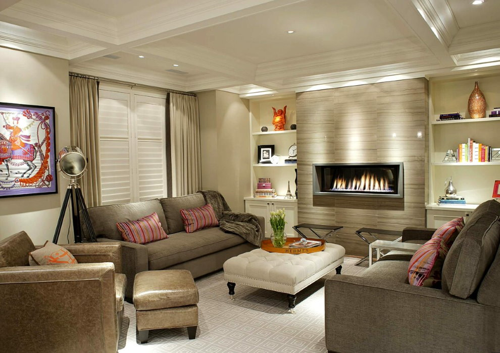 Освещение в зале с двумя креслами и диваном