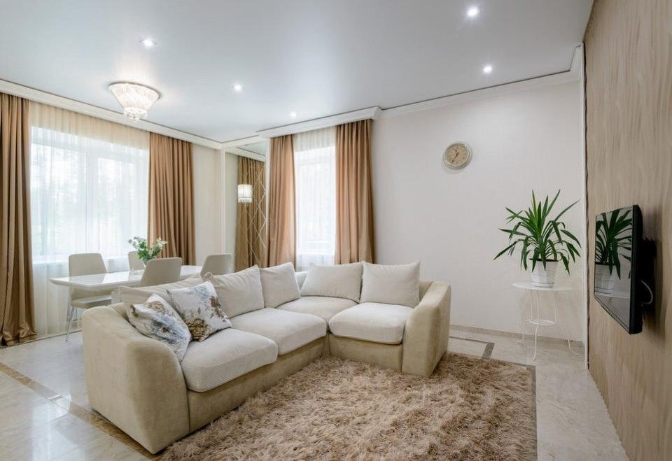 Освещение гостиной с диваном посередине