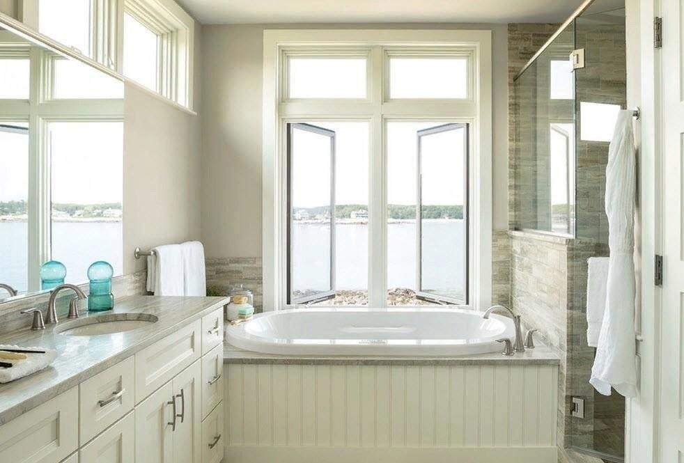 Открытое окно в ванной комнате частного дома