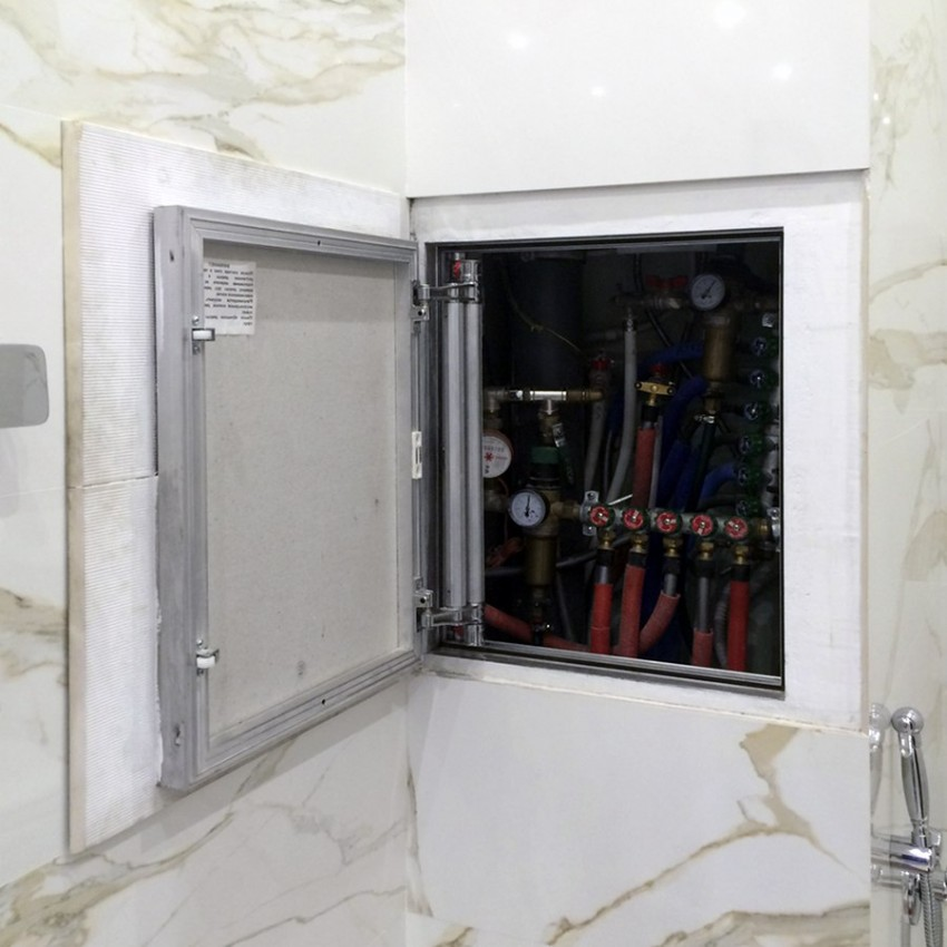 Открытая дверца сантехнического люка