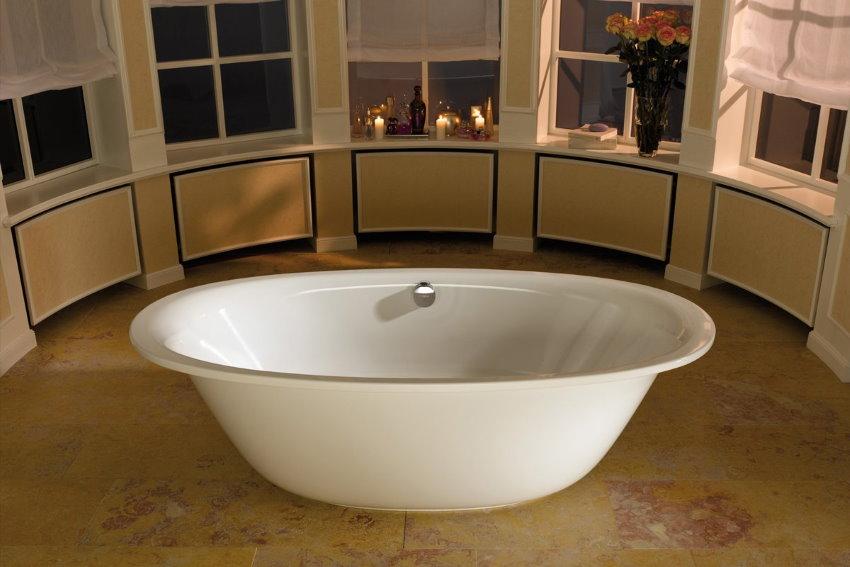 Белая овальная ванна в частном доме