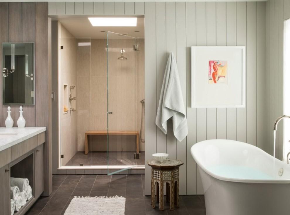 Узкие ПВХ-панели на стене ванной частного дома