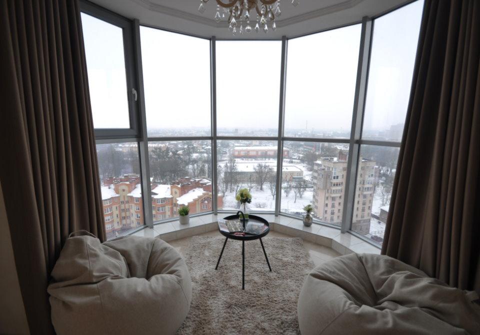 Эркер с панорамным окном в квартире девятиэтажного дома