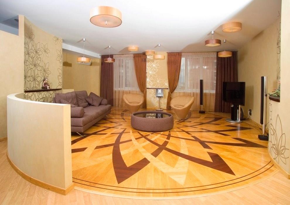 Паркетный пол в интерьере зала квартиры