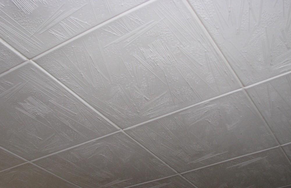 Плитка из пенопласта на потолке маленькой ванной
