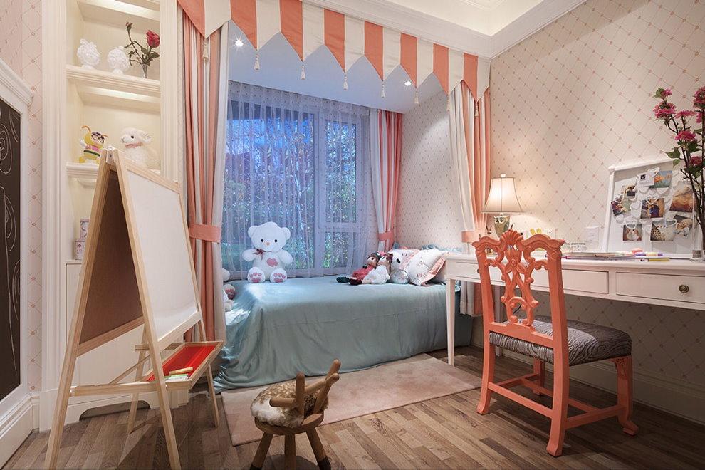 маленькая детская комната с кроватью у окна