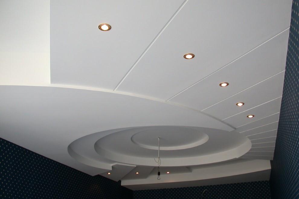 Точечные светильники на потолке из ПВХ-панелей