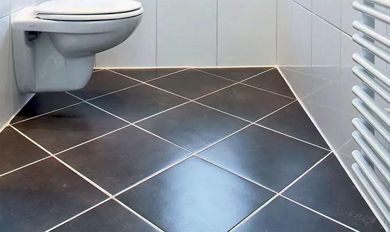 Белые швы между коричневыми плитками