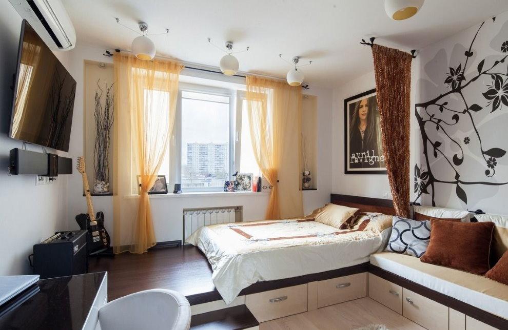 Кровать на подиуме в комнате с желтыми шторами