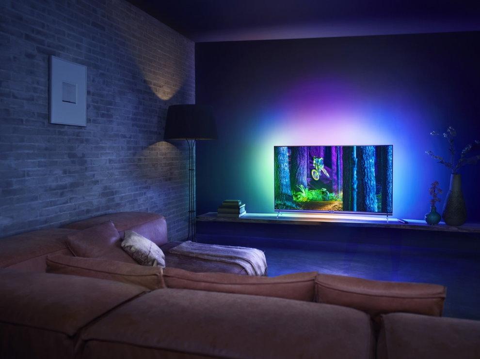 Декоративная подсветка телевизора в гостиной комнате