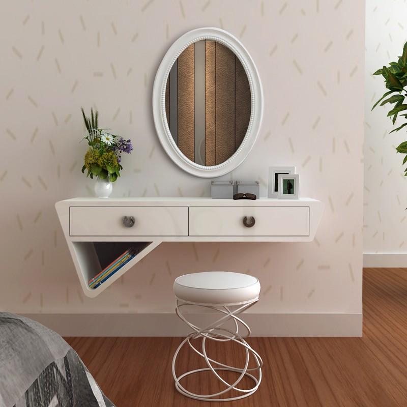 Белое подвесное трюмо на стене спальни