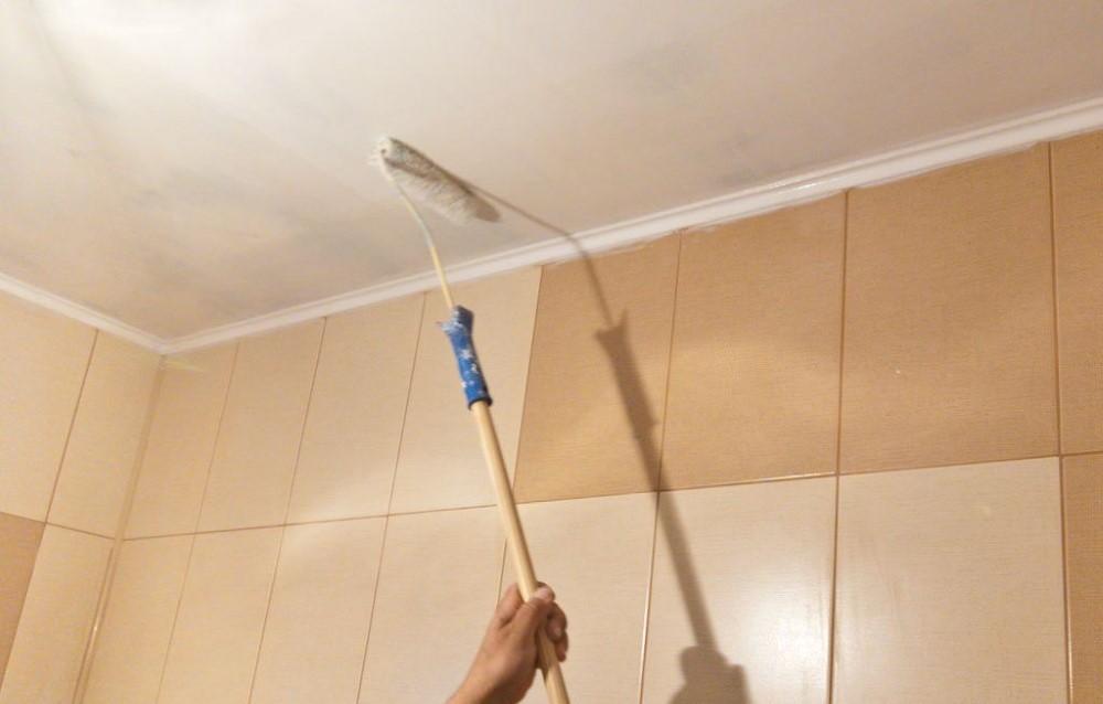 Окраска потолка валиком в ванной комнате