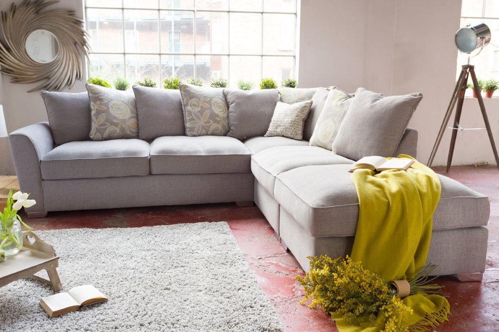 Светло-серый диван углового типа