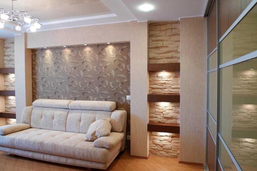Дизайн зала с декоративными полками