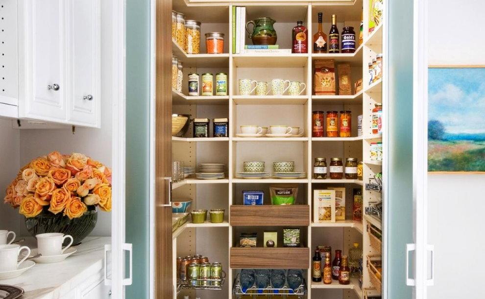Посуда и продукты на полках в кладовке