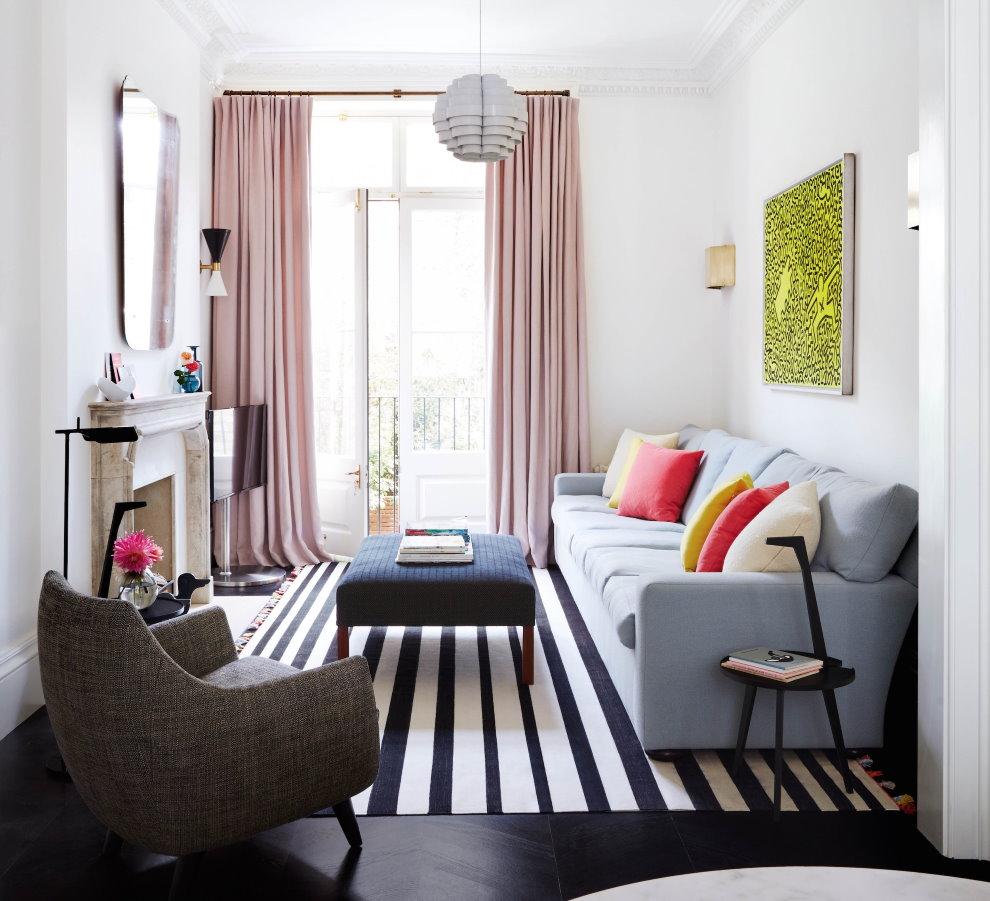 Полосатый ковер в маленькой гостиной