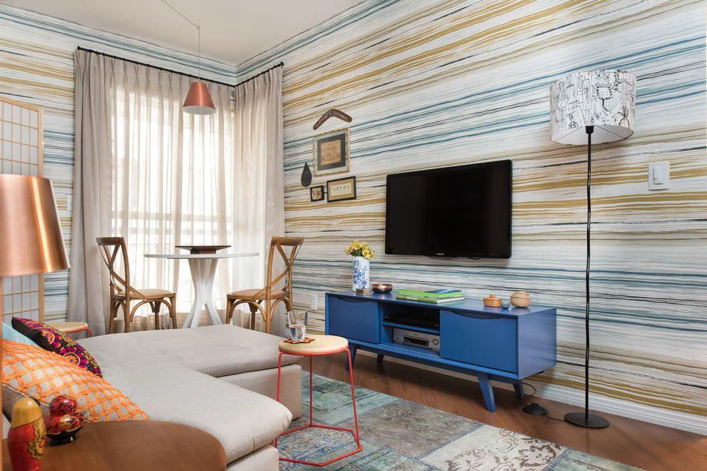 Обои с горизонтальными полосами на стене зала в квартире