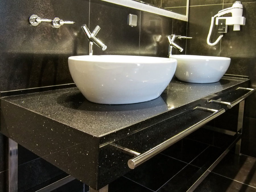 Поручни из нержавейки на каменной столешнице в ванной