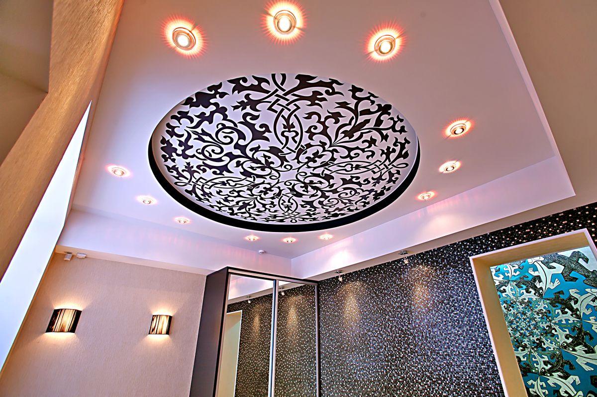 потолок из гипсокартона для гостиной с фотопечатью