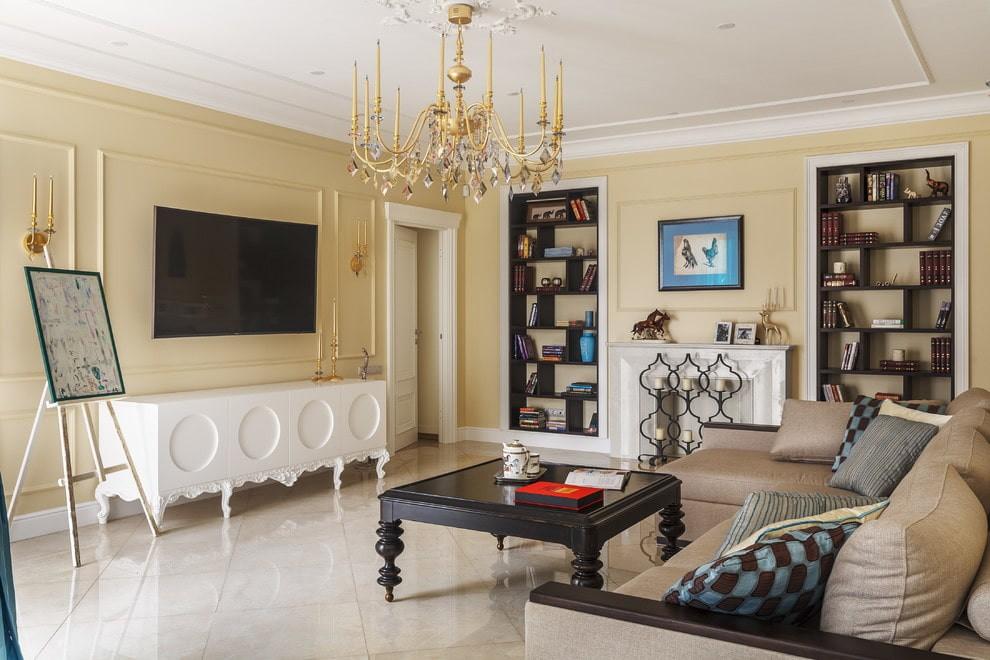 Люстра с позолотой на ровном потолке гостиной
