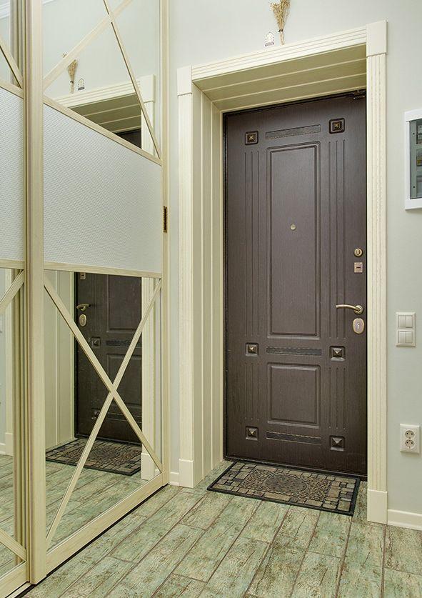 прихожая с металлопластиковой дверью