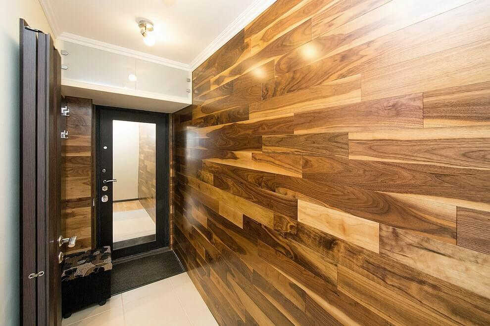 прихожая с деревянными панелями