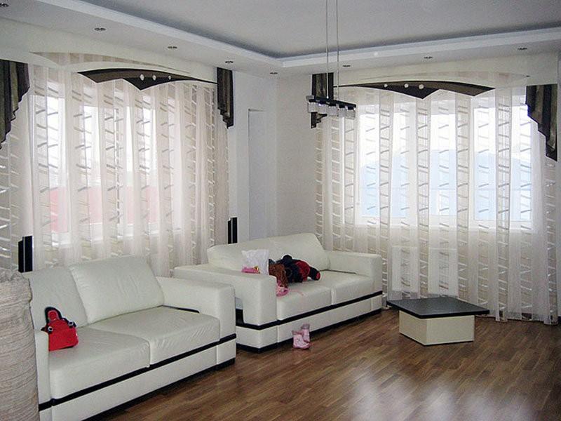 Белые тюлевые шторы в просторной гостиной