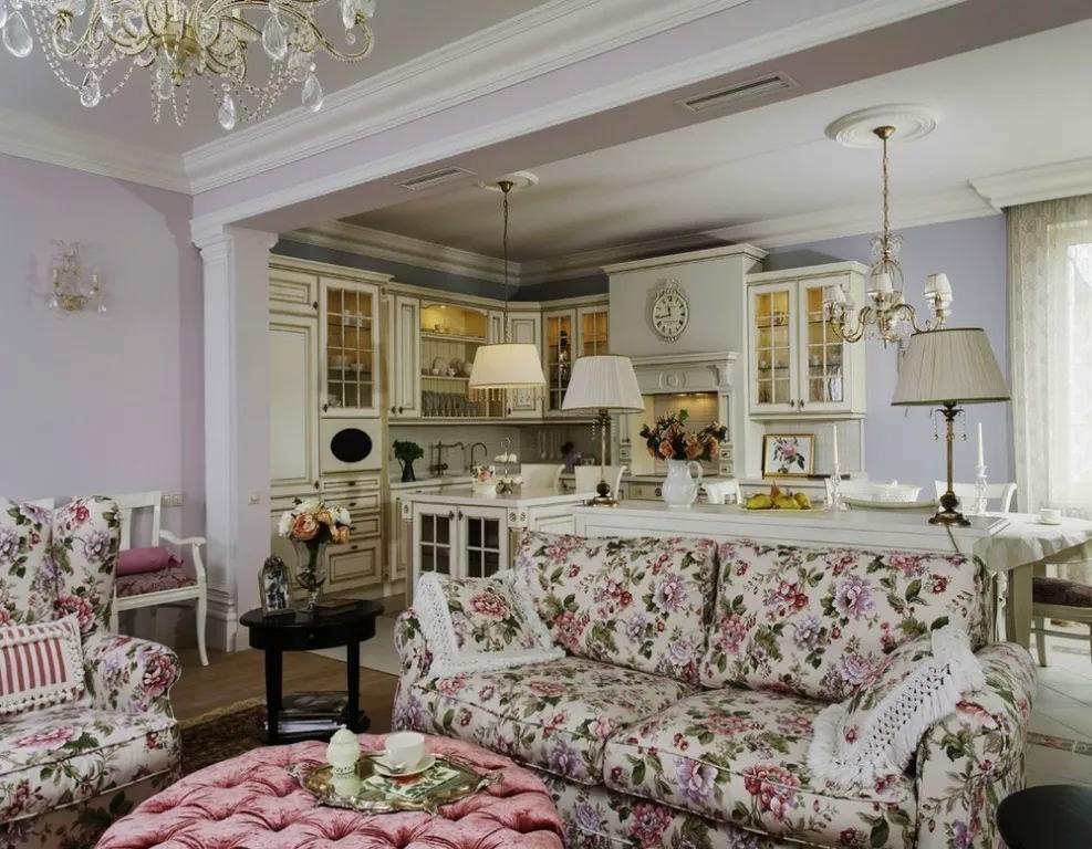 Пестрая обивка дивана в гостиной стиля прованс