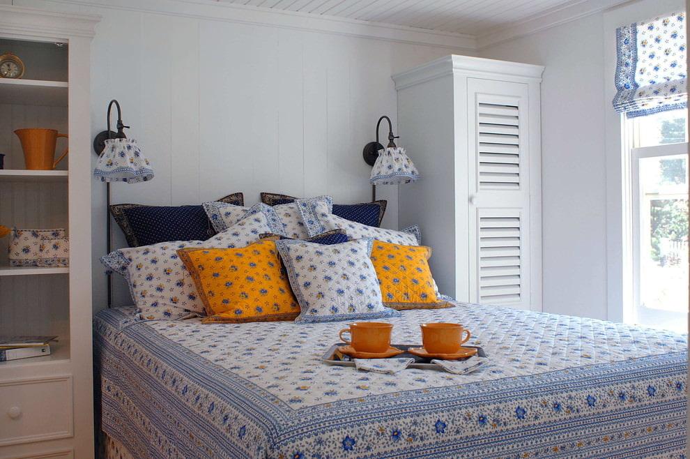 Небольшая спальня в стиле прованс с цветочным текстилем