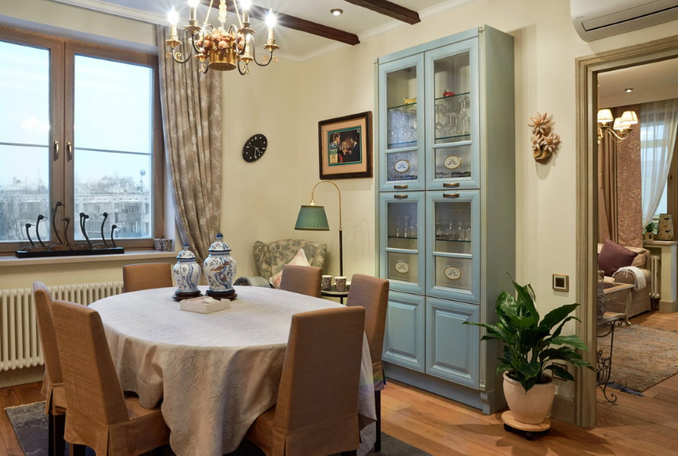 Обеденный стол в кухне стиля прованс