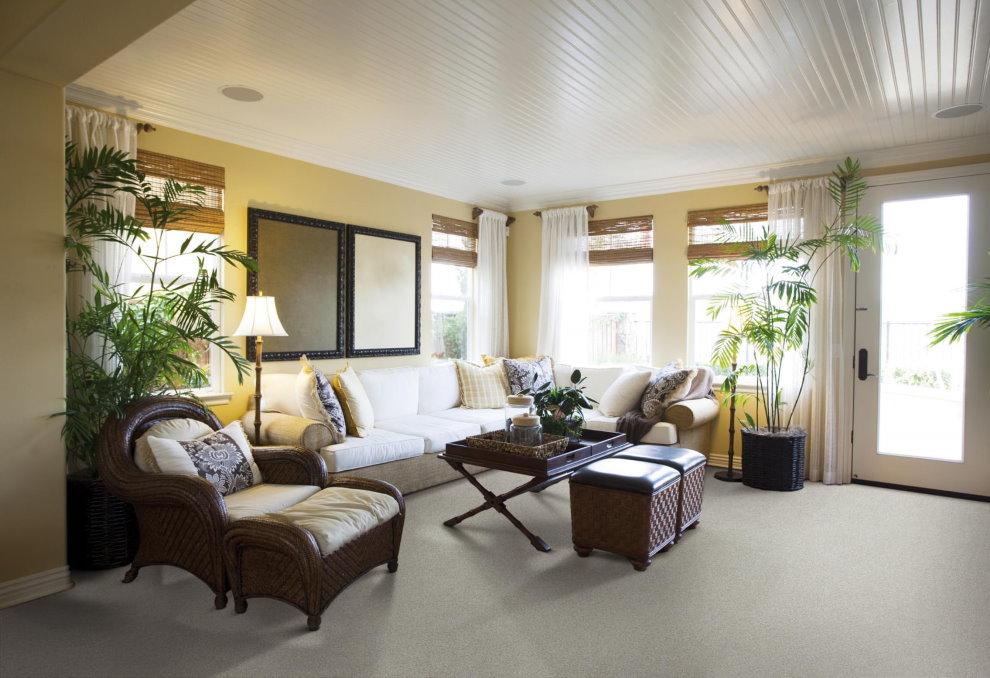 ПВХ-потолок из реек в гостиной частного дома