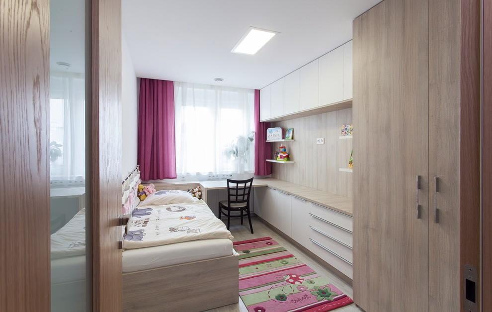 Узкая детская комната с корпусной мебелью