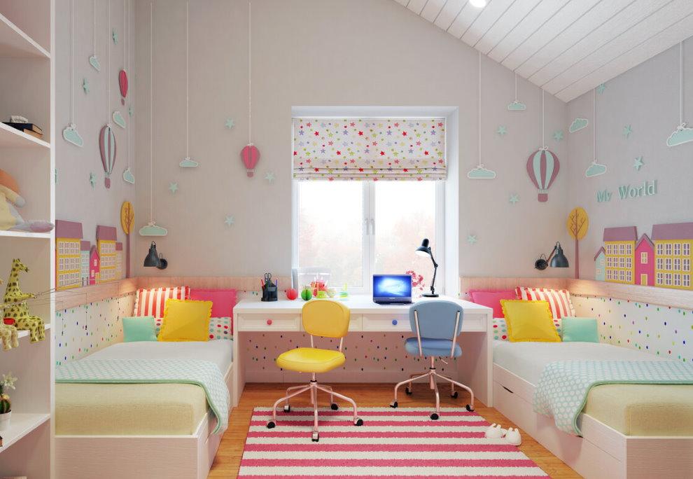 Стулья разного цвета в детской комнате