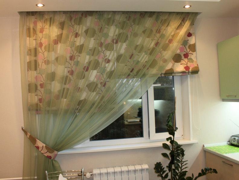 Римские шторы на окне кухни с асимметричной занавеской