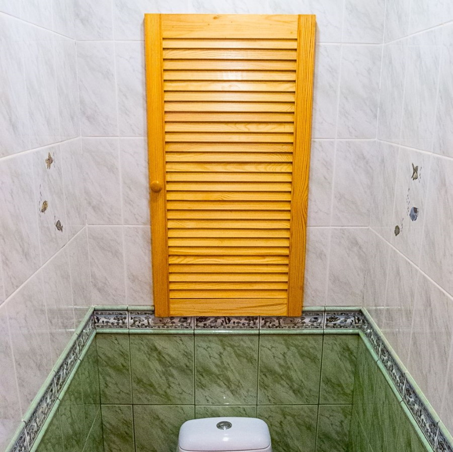 Деревянные жалюзи в туалете малометражной квартиры