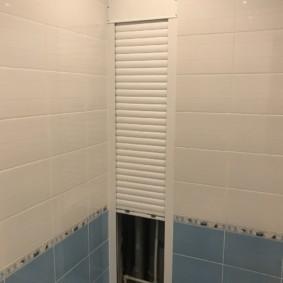 Узкие рольставни на стене санузла в квартире