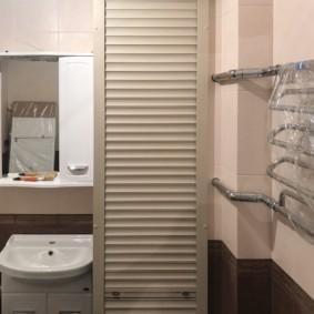 Рольставни на стене совмещенной ванной