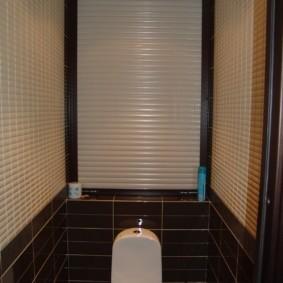Коричневая плитка в маленьком туалете