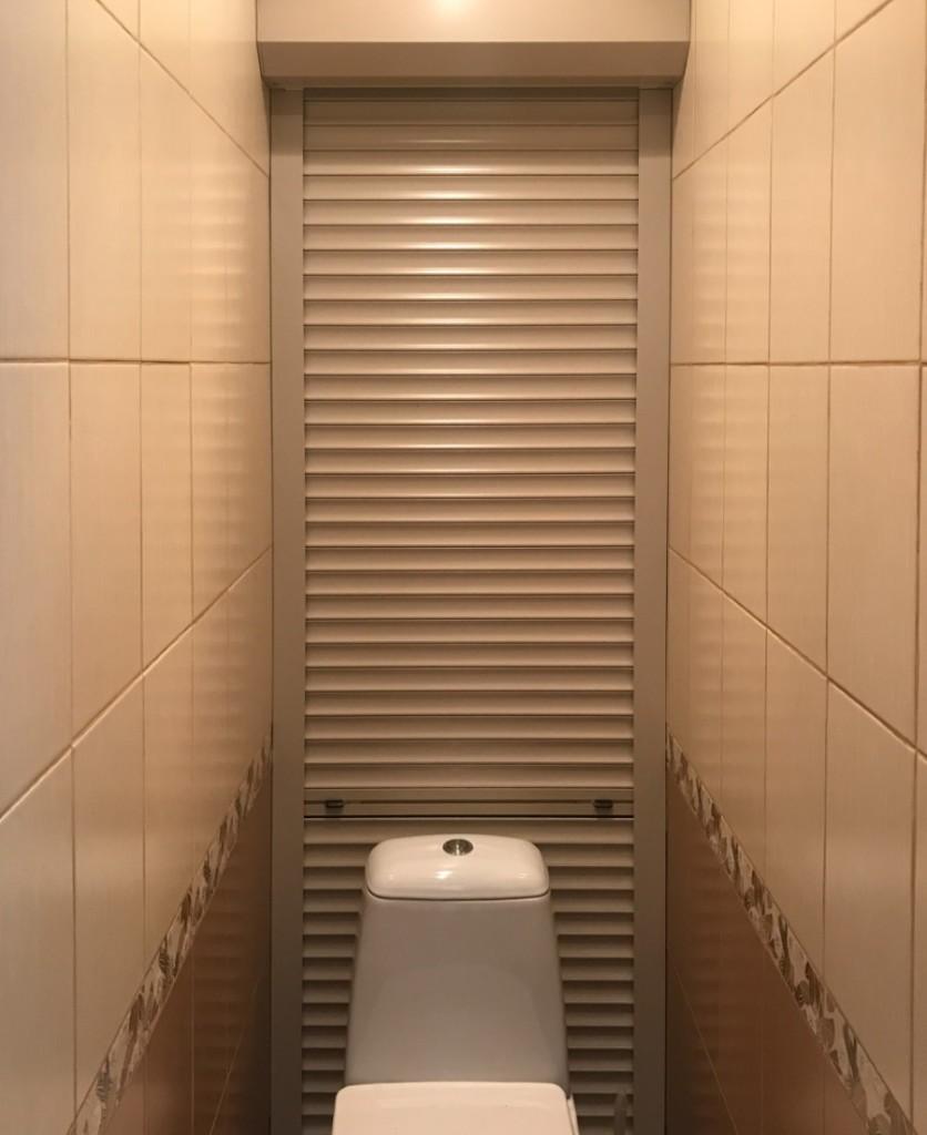 Бежевые жалюзи за унитазом в туалете