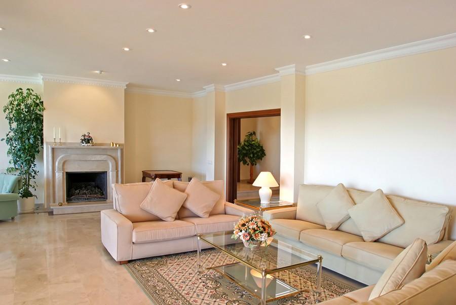Ровная поверхность подвесного потолка в гостиной