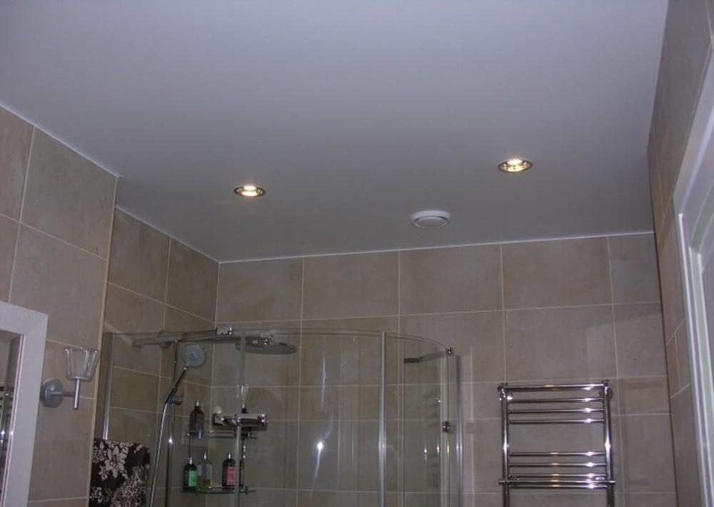 Точечные светильники на ровном потолке ванной комнаты