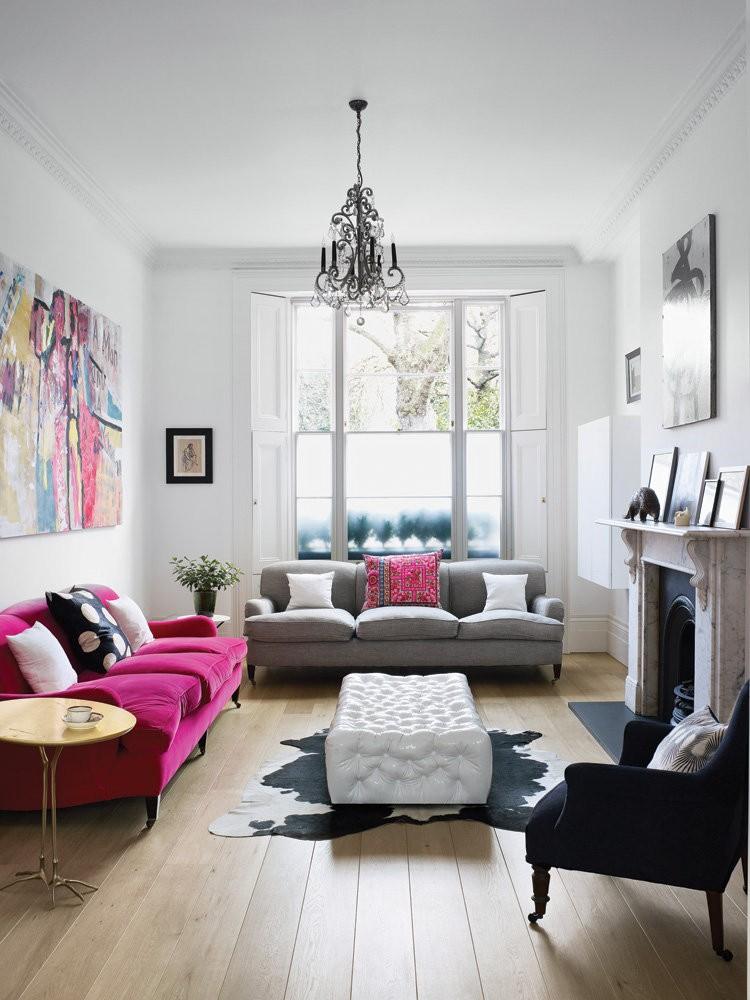 Розовый диван в белой гостиной