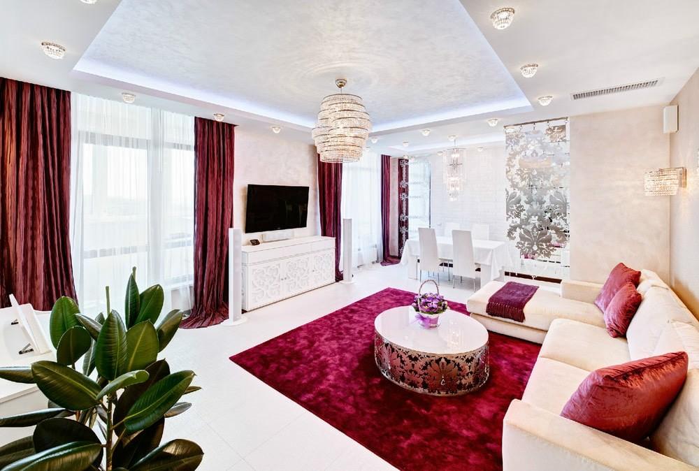 Розовые стены большой гостиной