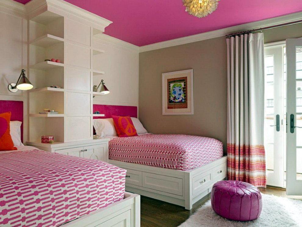 Детская комната с потолком розового цвета
